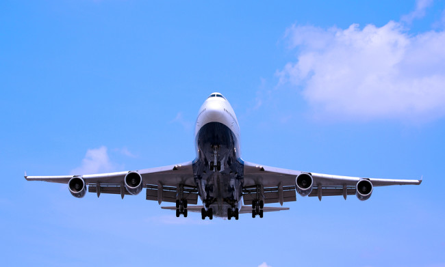 Boeing-747-taking-off-from-IAH-airport